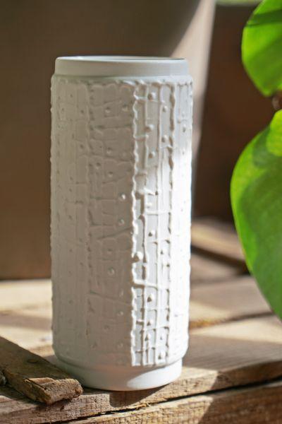 Vintage Vase aus weißem Bisquitporzellan als Deko für dein Zuhause im White living Vintage skandinavischen Stil