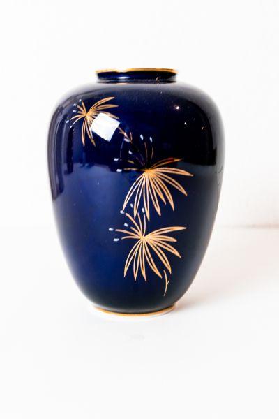Blaue Porzellan Vase aus den 50er Jahren mit goldfarbener Verzierung als Vintage Deko