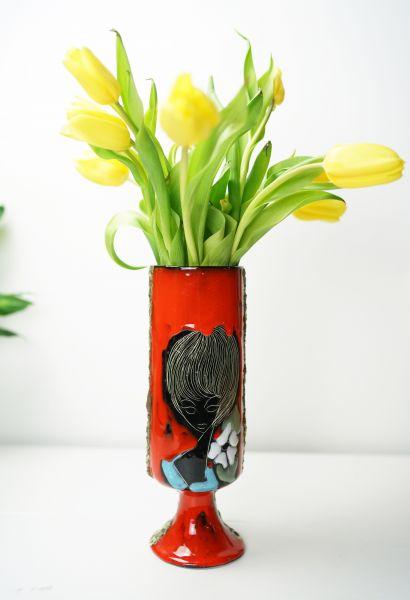 Ausgefallene Fat Lava San Marino Keramik Vase mit Frauenportrait aus den 50er Jahren, handbemalt und geritze Dekoration auf rotem Hintergrund