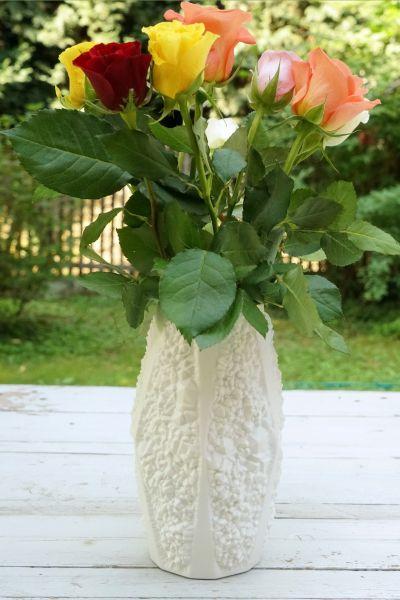 Weiße Vase aus Bisquitporzellan der FIrma Kaiser aus den 70er Jahren passend zum aktuellen whiteliving und whitehome Trend und für Liebhaber von weißen Vasen. Als Dekoration für dein gemütliches Wohnzimmer.