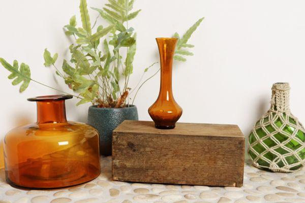 Schmale vintage Vase aus bernsteinfarbenem Glas als Deko