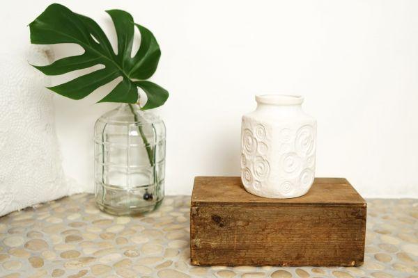 Weiße Vintage Vase mit tollem Design als Deko für dein gemütliches Zuhause
