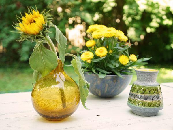 Eine schöne bauchige vintage Vase aus cognacfarbenem Glas mit Luftbläschen gearbeitet für das Zuhause im angesagten Vintage Look.