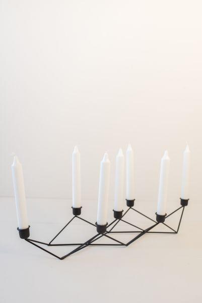 Kerzenleuchter aus Metall in schwarz für sieben Kerzen als Deko für das Wohnzimmer in skandinavischen Stil