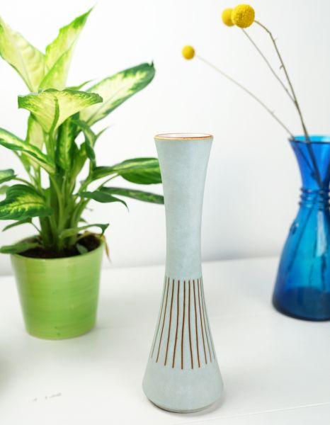 Schmale, hellblaue Vase aus den 60er Jahren für das gemütliche Wohnzimmer im Ethno Look.
