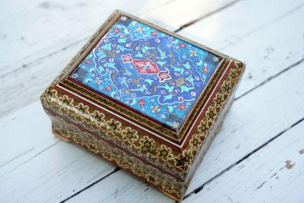 Orientalische Dose mit Klappdeckel, aufwendig verziert mit orientalischen Ornamenten passend zum Wohnen und Einrichten im Boho Style