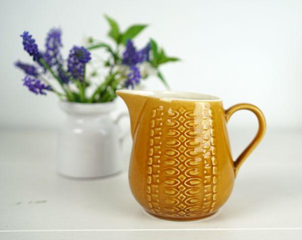 Ockerfarbener Vintage Krug aus Keramik für die Küche oder als Deko im Wohnzimmer