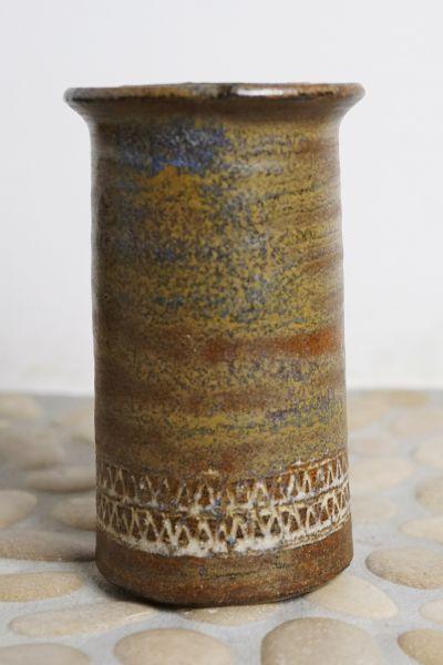 Getöpferte Vase im Ethno Look als Dekoration