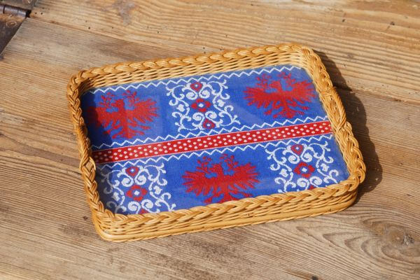 Tablett aus Korb und Glas mit Stoff als Deko für dein gemütliches Zuhause im Vintage Stil