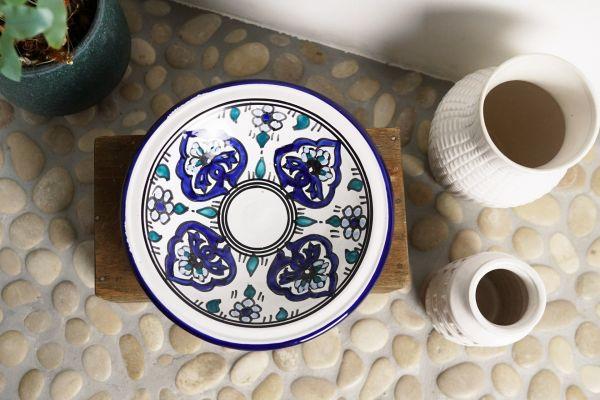 Getöpferte Schale mit blauen Verzierungen als Deko