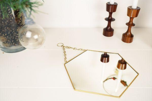 Sechseckiger Spiegel aus Metall in der Farbe Gold von Madam Stoltz als Deko für die Wohnung in skandinavischen Boho vintage Stil