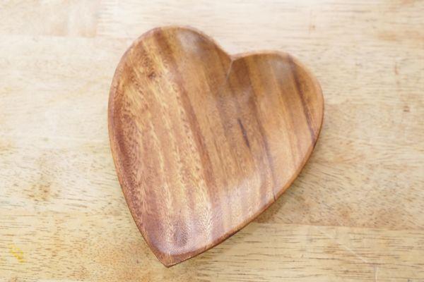 Holzschale in Form eines Herzes als Deko