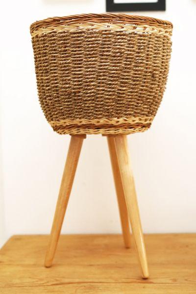 Übertopf aus Korb und Seegras auf 3 Holzbeinen für dein gemütliches Zuhause im skandinavischen Stil
