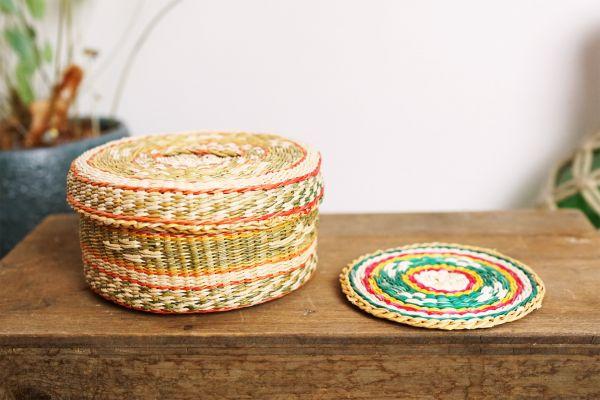 Untersetzer Set aus Bast mit passendem Korb im Vintage Boho Ethno Stil