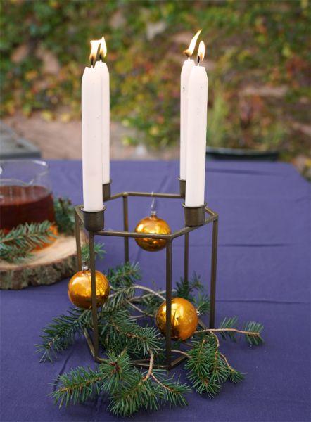 Messingfarbener Kerzenleuchter für vier Stabkerzen aus Metall von Madam Stoltz für das weihnachtliche Wohnzimmer im Vintage Look, auch super als Adventskranz zu dekorieren