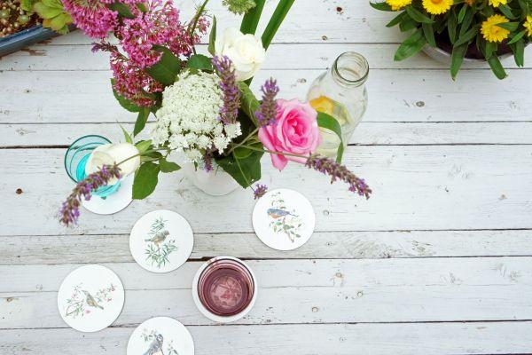 Glasuntersetzer mit Vogeldekor für einen frischen Boho Look in deinem Zuhause