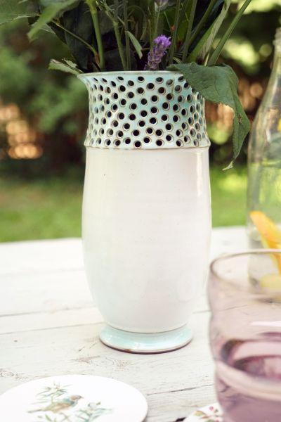 Vase mit Lochverzierung und türkisfarbenen Applikationen passend zum Wohnen im Boho Look
