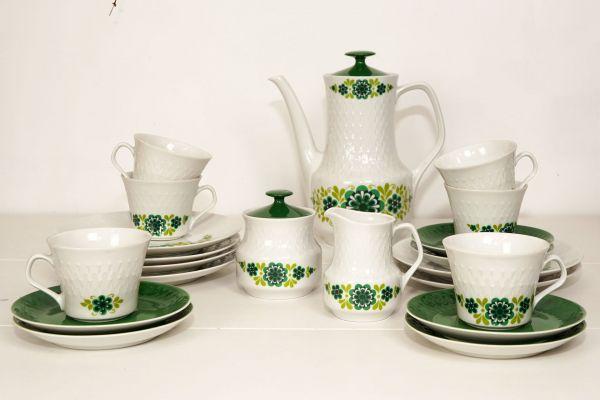 Vintage Geschirr mit floralem Design in grün