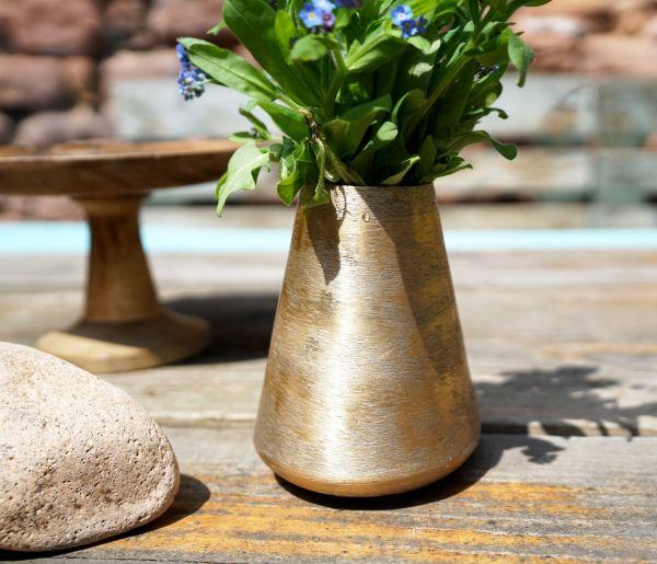 Kupfergoldfarbene Vase aus Metall in gebürsteter Optik und Ethno Look.