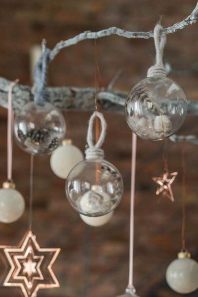 Set aus drei Christbaumkugeln aus Glas mit Federn und Filzbändern als Weihnachtsdeko im skandinavischen vintage Look