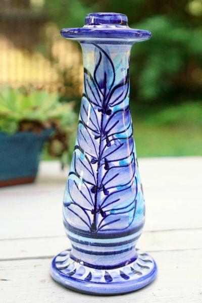 Boho Kerzenleuchter in verschiedenen Blautönen mit Blattmuster glasiert für das gemütliche Wohnzimmer als Dekoration.