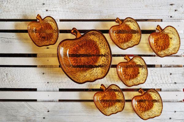 Glasschalen in Apfelform als Deko für deinen schön gedeckten Tisch im Retro Stil der 70er jahre
