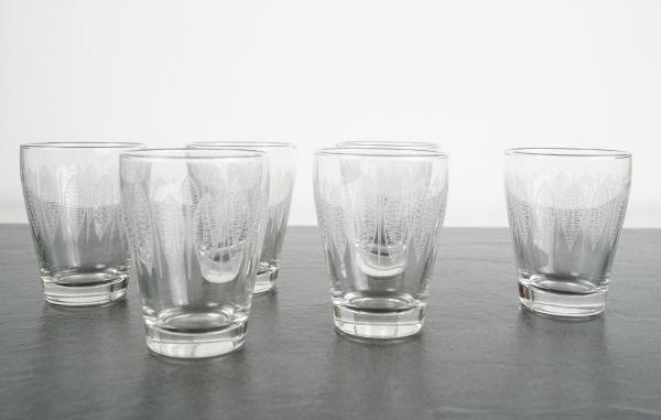 Zarte, kleine, vintage Gläser mit grafischem, weißem Muster im Boho Style