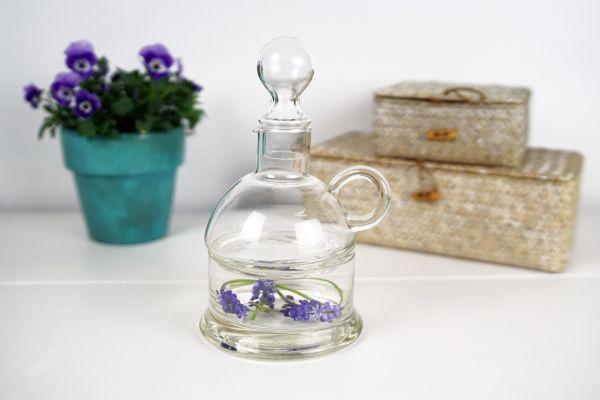 Kleine Weinflasche mit Knabberschale aus Glas im vintage Style