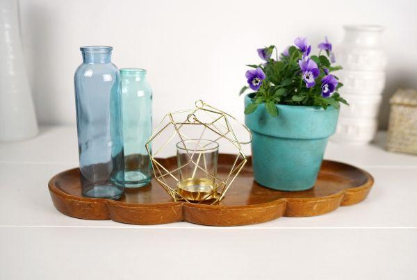 Windlicht von Hübsch Interiror aus goldfarbenem Metall mit Henkel und Teelichthalter aus Glas für das weihnachtliche Wohnzimmer im Vintage Look