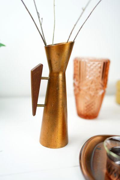 50er Jahre vintage Vase aus Kupfer mit Holzgriff im skandinavischen Design des mid-century