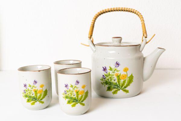 Teeservice mit frühlingshaften Blumen verziert passend für deinen schön gedeckten Tisch im Boho Stil