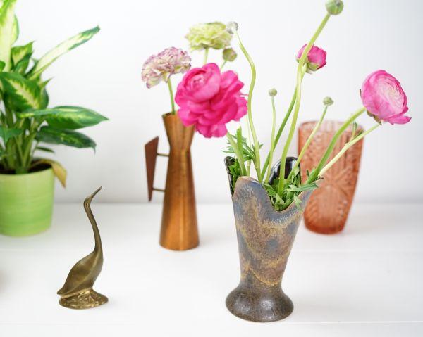 Kronanartige Blattvase in erdigen Farbtönen für das gemütliche Wohnzimmer