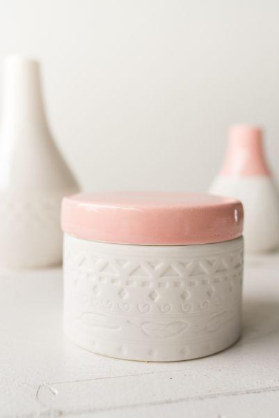 Dose aus mattem Bisquit-Porzellan in Rosa und Weiß mit Feder- und Ethno-Muster als Deko für das sommerliche Wohnzimmer im skandinavischen Ethno und Boho Stil.
