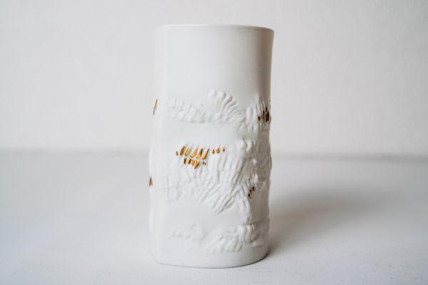 Hutschenreuther Vase aus weißem Bisquit Prozellan mit goldfarbenen Verzierungen als Deko im Vintage Stil