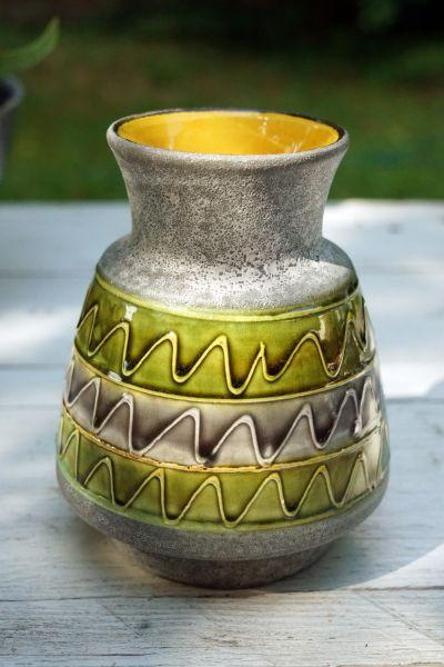 Bay Keramik Vase in Grün und Gelb mit Ethnomuster in Wellenform als Dekoration für dein gemütliches Zuhause im Ethno und Boho Look
