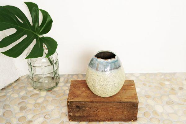 Vase mit glänzender & grober Glasur als Deko für dein gemütliches Zuhause