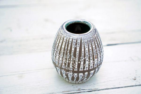 Kleine Vase mit Streifenglasur im Fat Lava Stil mit türkis- und petrolfarbenem Inneren passend zum Ethno Look als Dekoration für dein gemütliches Wohnzimmer.