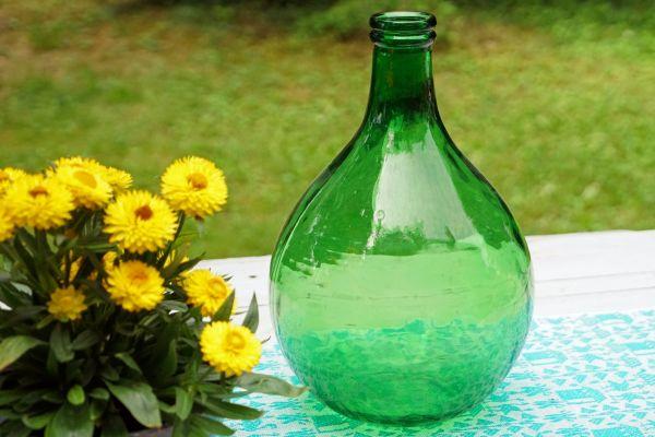 Vintage Flaschenvase im Boho Look für das Wohnen im Frühling und Sommer und als Deko für dein gemütliches Wohnzimmer im Urban Jungle Style