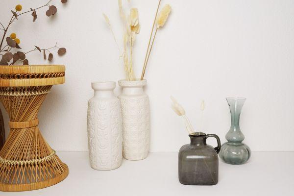 Vase aus grauem Glas in rauchigem Design als Deko
