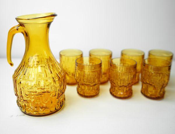 Bersteinfarbene vintage Glaskaraffe mit sechs Gläsern in einwandfreiem Zustand.