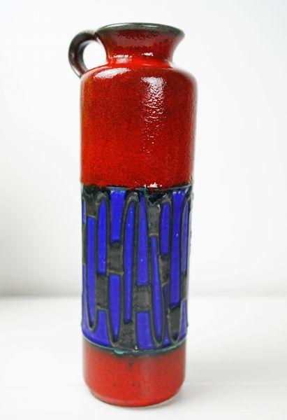 Rot glasierte vintage Henkelvase der Firma Höhr Keramit mit einem interessantem Dekor aus dunkelblauer Glasur mit schwarzer Verzierung.