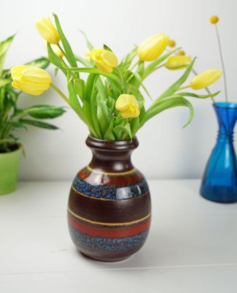 Bauchige Keramikvase in blau, rot und beigem Farbverlauf
