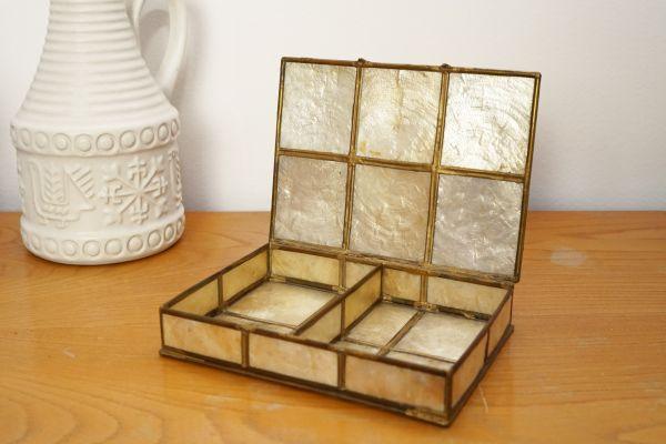 Vintage Schmuckkästchen aus Perlmutt und Metall als Deko im Boho Stil