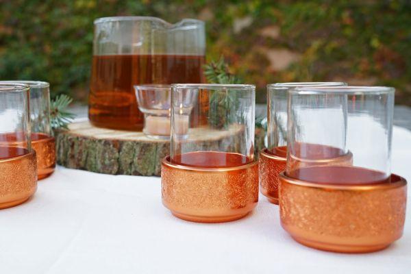 Feine vintage Teegläser mit kupferfarbenen Metallkörbchen