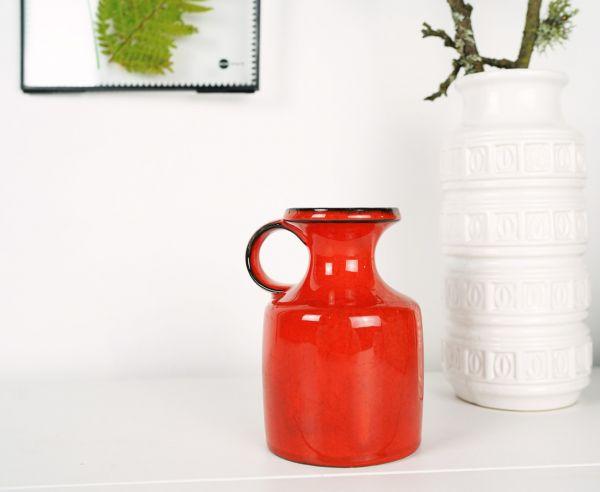 Vintage Vase in leuchtendem Rot als Deko für das gemütliche farbenfrohe Zuhause