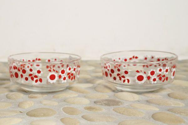 Glasschalen mit rotem Blumendekor der 70er Jahre als Retro Vintage Geschirr