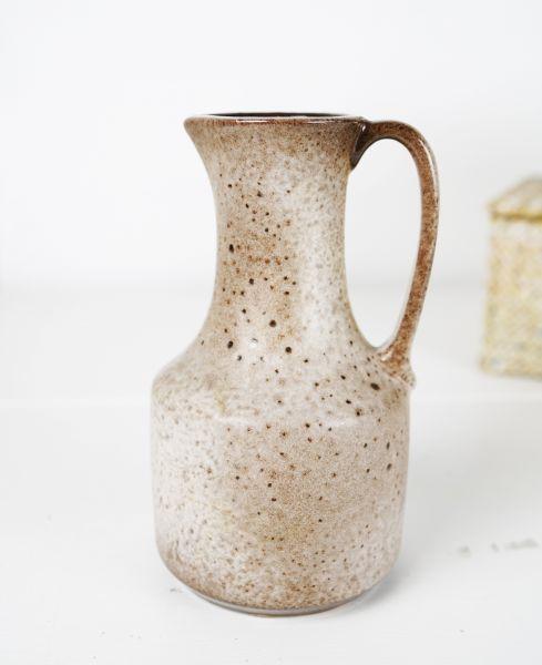 Kleine, gesprenkelte Krugvase mit Fat Lava Glasur in sanften, erdigen Tönen und beigem Farbverlauf.