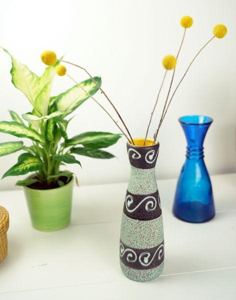 Eine fröhliche anthrazit-hellmint geringelte Vase mit Schleifenmuster