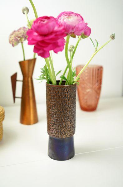 Vintage Kupfervase als Deko für das gemütliche Wohnzimmer.