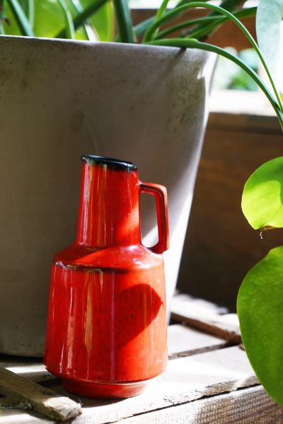 Rote Vintage Henkelvase aus den 60er Jahren als Deko für dein Midcentury Modern Zuhause